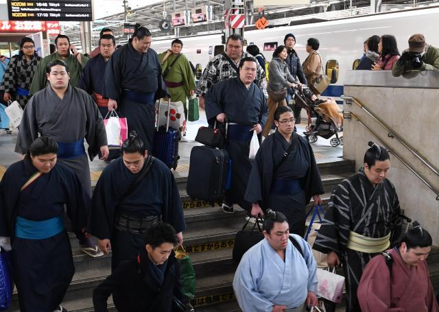 昨年の大相撲春場所を前に、新幹線で大阪入りする力士たち