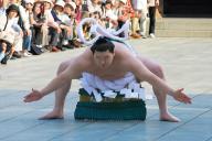 新横綱は最初に明治神宮で土俵入りを奉納する。明治天皇の「天覧相撲」で、人気が下火だった大相撲が救われたことへの感謝ともいわれる。中央は白鵬=2007年6月、明治神宮