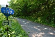 沿道の標識がひしゃげたままの国道157号=福井県大野市、2017年6月撮影