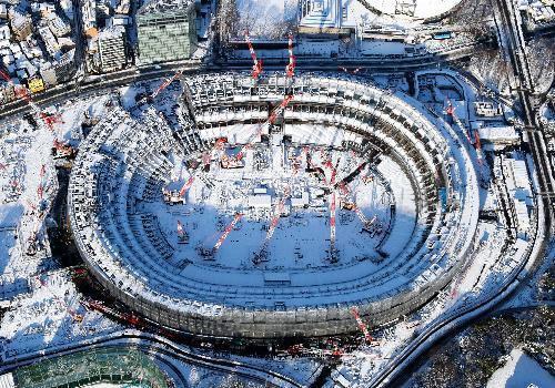 雪の積もった建設中の新国立競技場=2018年1月23日