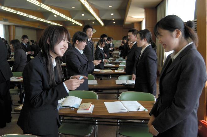 名刺交換のマナーを学ぶ新社会人たち=2006年4月7日、三重県伊賀市上野丸之内の上野商工会議所で
