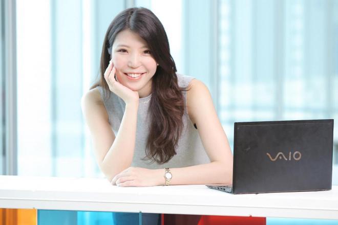 学生時代に起業した会社の経営を続けながら一般企業に就職した正能茉優さん=正能さん提供