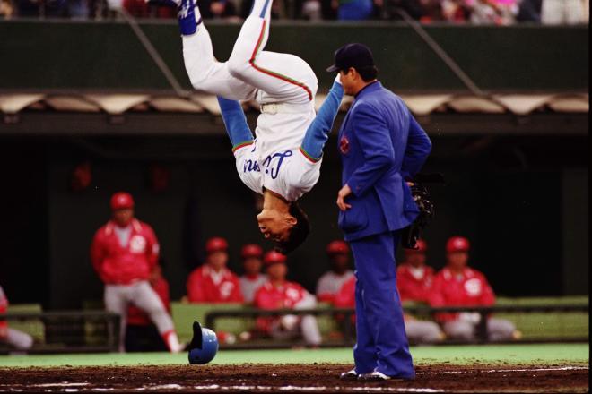 本塁打を打ち、宙返りする西武の秋山選手(当時)=1991年10月28日