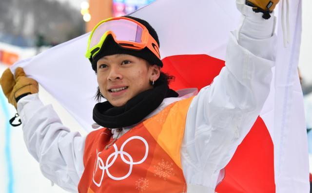 銀メダルを獲得して笑顔を見せる平野歩夢選手=北村玲奈撮影