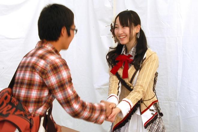 アイドルの握手会。人気の差も一目瞭然となる=2010年11月21日、愛知県長久手町