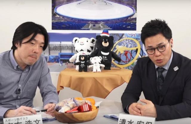 テレビ中継を見ながら解説をする清水さん(右)と聞き手の志方デスク