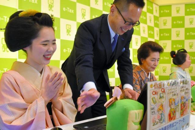 インターネットで確定申告を体験する梅ちえさん、市田ひろみさん、市多佳さん(左から)=2018年2月5日、京都市上京区の上七軒歌舞練場