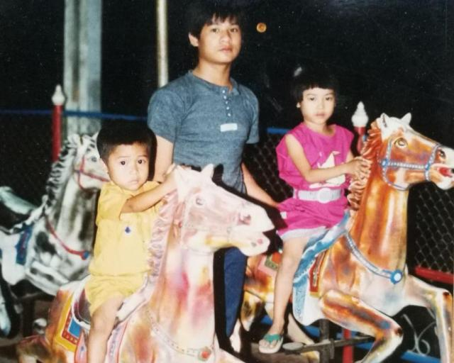 遊園地で乗り物に乗るスニターさん(右)。家族で遊べるのはほんのわずかな時間だったという
