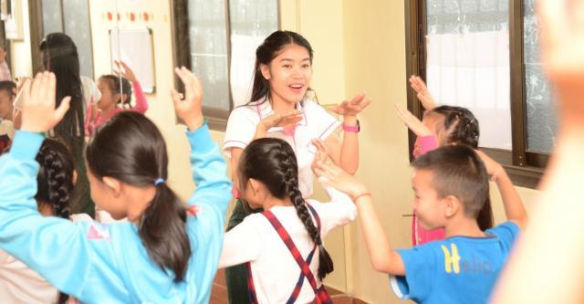 時には伝統の踊りも教えます。子どもたちは楽しみながらも振りを覚えるのに真剣=17年12月、ビエンチャン