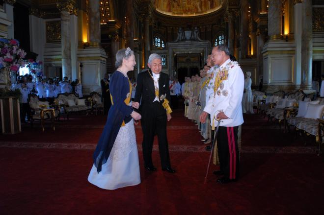 2006年6月12日、プミポン国王(右)の即位60年を記念する祝典に出席し、天皇陛下に続いて国王に歩み寄る皇后さま=代表撮影