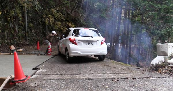 工事で狭くなった道を走る車両=昨年12月5日、奈良県十津川村、加藤諒撮影
