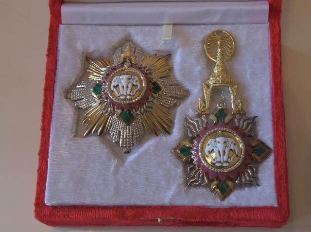 バンサーン・ブンナーク大使の勲章。白いゾウがかたどられている