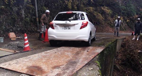 工事中の区間で鉄板の上を走る車両=昨年12月5日、奈良県十津川村、加藤諒撮影