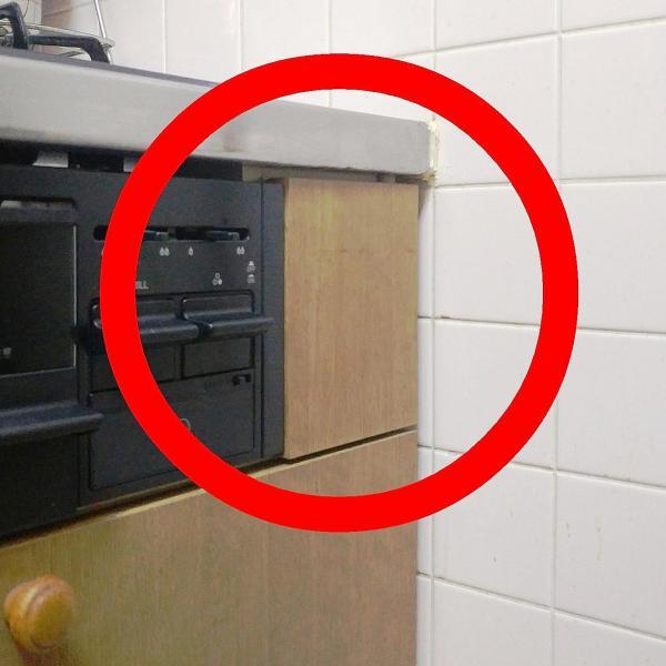 こちらの場合は、ただ板が張ってあるだけ。取っ手がなく、上下に手を入れるスペースがありません