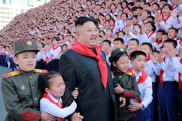 朝鮮少年団の第8回大会で平壌に集まった北朝鮮の子どもたちと、金正恩・朝鮮労働党委員長。朝鮮中央通信が2017年6月8日に伝えた。
