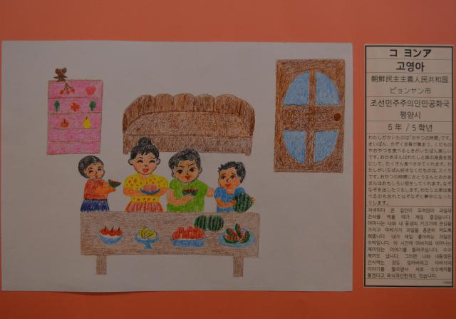 平壌の小学5年生が描いた、家族でスイカを食べる絵