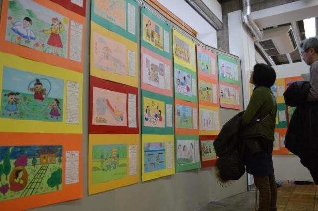 北朝鮮の小学生たちが描いた絵=2018年2月17日、東京都千代田区での「南北コリアと日本のともだち展」