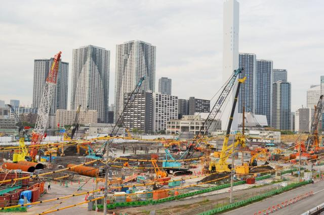 2020年の東京五輪・パラリンピックに向け、開発が進む東京の湾岸地区。タワーマンションも競うように林立している=2017年6月