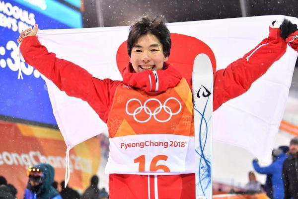 男子モーグルで銅メダルを獲得し、笑顔を見せる原大智