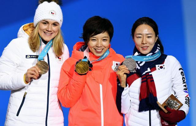 スピードスケート女子500メートルで金メダルの小平奈緒(中央)と銀の李相花(右)がレース後に見せた友情が話題になった