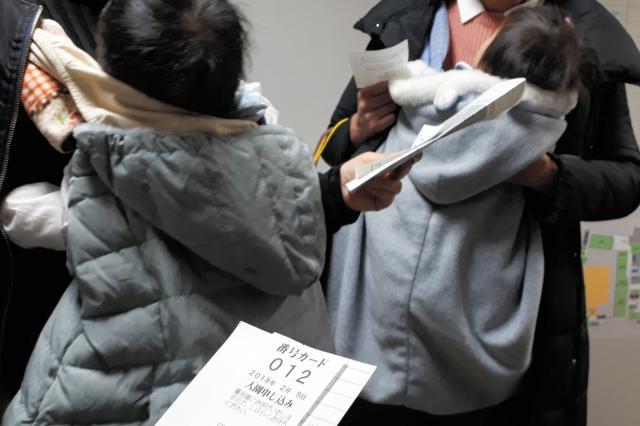 認可保育園の内定を得られず、困惑する母親たち=2月9日、東京都目黒区