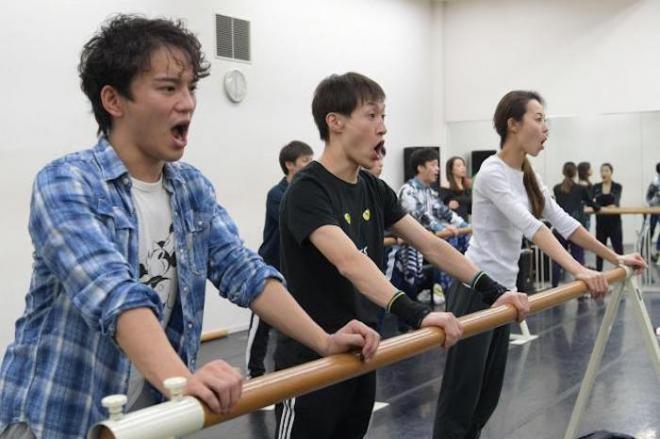 劇団四季のミュージカル「キャッツ」の稽古に汗を流す団員たち。ほかの舞台とは違う「キャッツ筋」と呼ばれる筋肉がつくという=遠藤真梨撮影