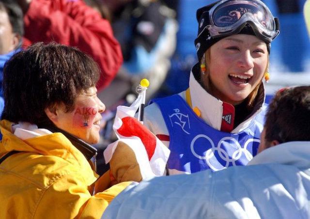 ほおに「AIKO」のペイントをした母親の圭子さんに声をかけられ、笑顔をみせる上村さん(スキー・モーグル)=2002年2月9日、ディアバレー・スキー場で、撮影・藤脇正真