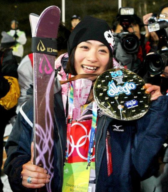 母や友人からもらった手作りの金メダルを手に笑顔をみせる上村さん=2006年2月11日、サウゼドルクスで、飯塚晋一撮影