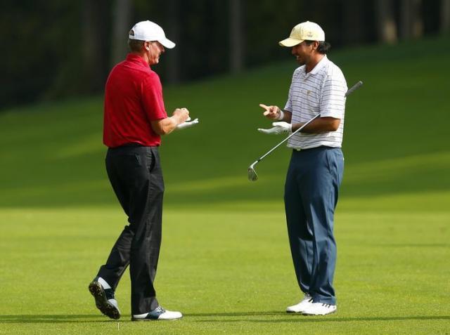 じゃんけんをするプロゴルファーのスティーブ・ストリッカー選手とジェイソン・デイ選手=ロイター