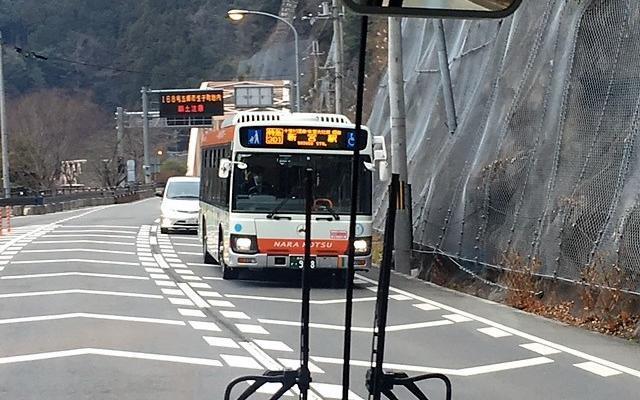 すれ違う新宮行きのバス