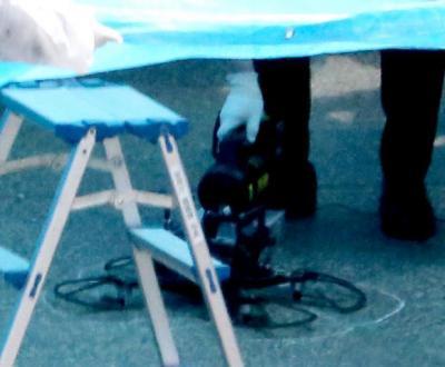 首相官邸の屋上で見つかったドローン=2015年4月22日午後、東京・永田町