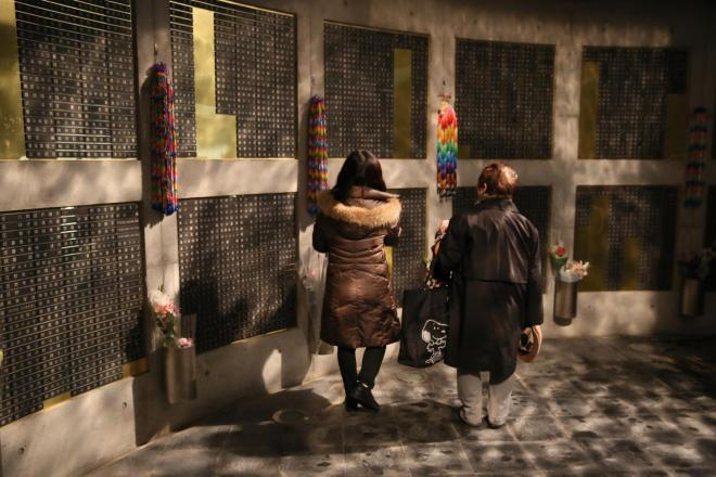 震災で亡くなった方などの名前が刻まれている「瞑想空間」=1月17日午前4時49分、神戸市中央区、細川卓撮影