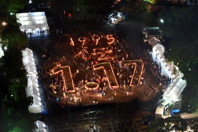 東遊園地では竹灯籠(どうろう)で描いた「1995 伝 1・17」の文字が浮かび上がりました=1月17日午後5時47分、神戸市中央区、水野義則撮影