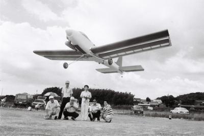 仲間と手作り飛行機の飛行テストをする木曽川ラジコンクラブのメンバー=1987年、岐阜県各務原市