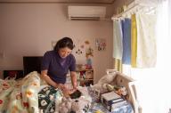 病気の子がいる家庭の日常を知ってほしいと、和田さんが各地の4家族を撮った1枚