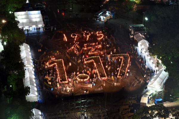 東遊園地では竹灯籠(どうろう)で描いた「1995 伝 1・17」の文字が浮かび上がった=1月17日午後5時47分、神戸市中央区、水野義則撮影
