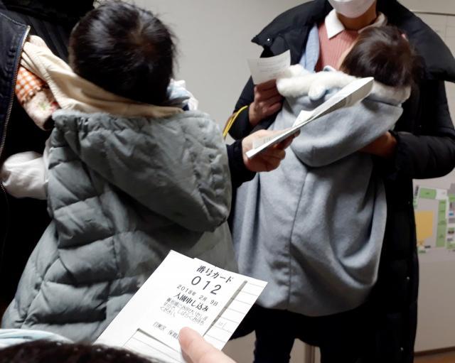 東京・目黒区の認可保育園の内定を得られず、困惑する母親たち=2018年2月9日、目黒区総合庁舎
