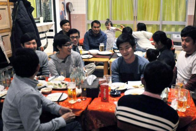 オープン前日の昨年12月23日にはカンボジアの留学生たちも来店した=福岡市博多区吉塚1丁目