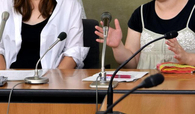 「育休退園」は違法だと訴え、退園させないよう所沢市を提訴し、会見した母親たち=2015年6月、厚生労働省