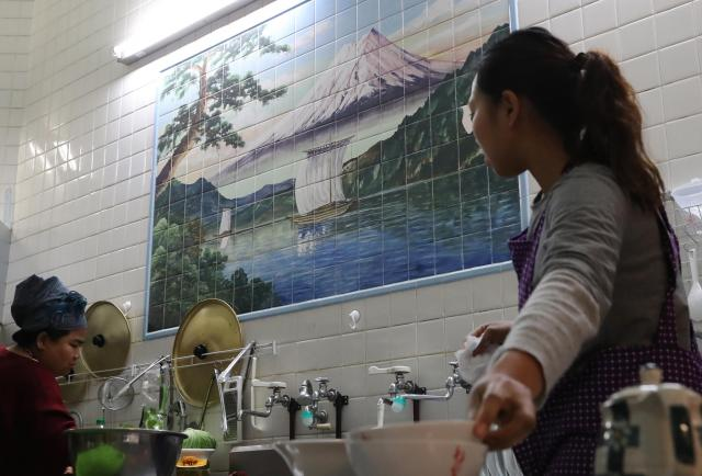 調理場の壁には男湯だったときの「富士山」の絵が残っている=福岡市博多区吉塚1丁目、河合真人撮影