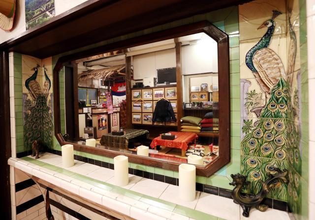 かつての脱衣所には、豪華なクジャクの装飾がある大きな鏡があった=福岡市博多区吉塚1丁目、河合真人撮影