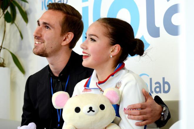 2017年9月、ロンバルディア杯で逆転で1位になり笑顔を見せるザギトワ選手。手元にはコリラックマが