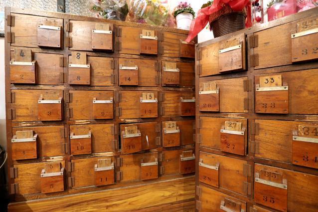 銭湯で使っていた靴箱もそのままの姿を残している=福岡市博多区吉塚1丁目、河合真人撮影
