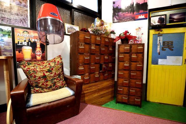 銭湯で使っていたドライヤー付きの椅子と靴箱もそのまま残る=福岡市博多区吉塚1丁目、河合真人撮影