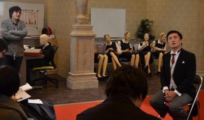ロケの休憩中に記者の質問に答える劇団ひとりさんと高橋弘樹プロデューサー(左)