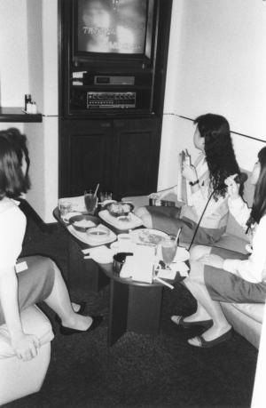 東京・銀座では女性会社員が昼休みに同僚と昼食を食べながらカラオケをする人も多かった=1993年9月