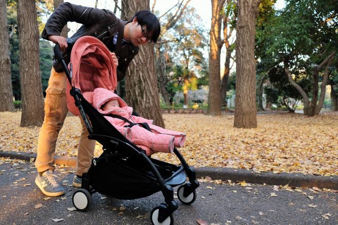 長女をベビーカーに乗せ、散歩をする魚返洋平さん=本人提供