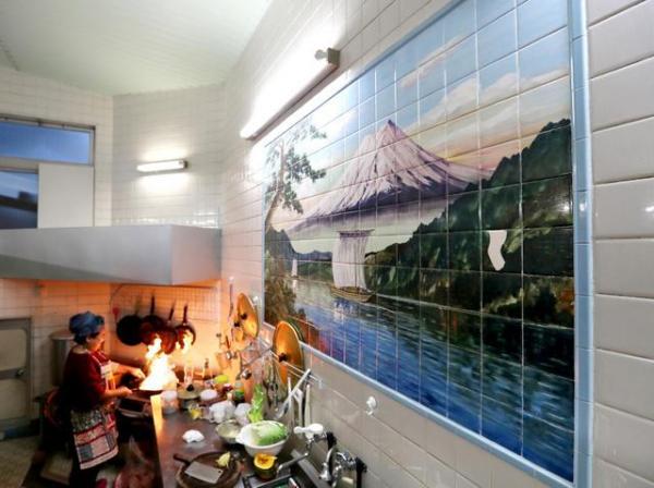 調理場の壁には男湯だったときの富士山の絵が残っている=福岡市博多区吉塚1丁目、河合真人撮影