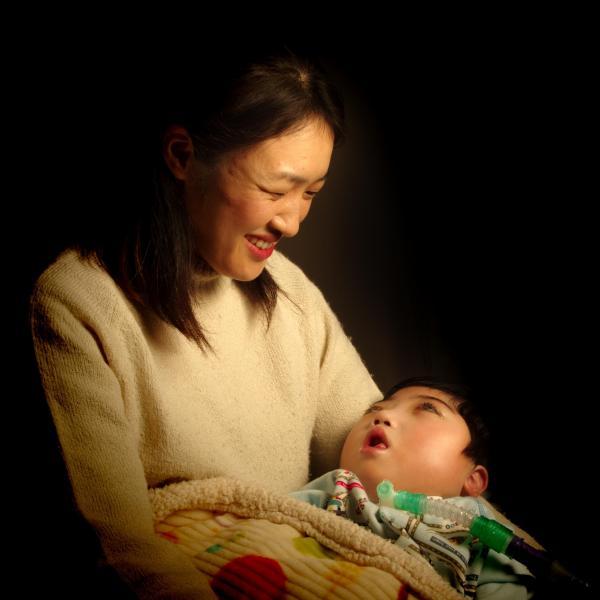 難病の子のいる家庭の日常を切り取った写真