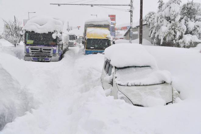 国道8号で立ち往生する車やトラック。あたりには排気ガスのにおいが立ちこめていました(画像の一部を加工しています)=2月7日午前10時11分、福井県坂井市、加藤諒撮影